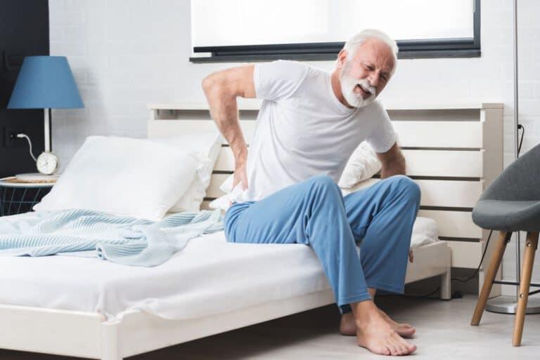 starke Rückenschmerzen unterer Rücken beim Aufstehen